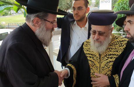"""קביעת מזוזה ע""""י הרב יצחק יוסף שליט""""א"""